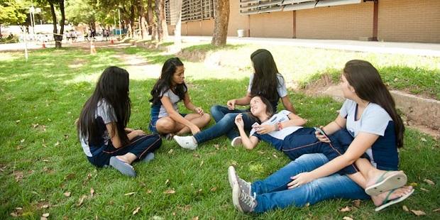 Meninas conversando 620x310