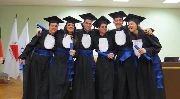 Participantes da primeira cerimônia de colação de grau da graduação, em 2014