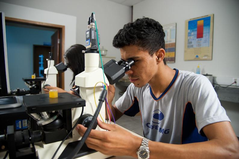 Estudantes em laboratório de metalurgia. Fonte: Divulgação.